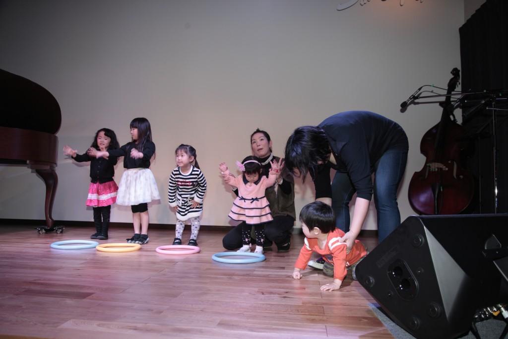 岐阜のピアノ教室でリトミックレッスン